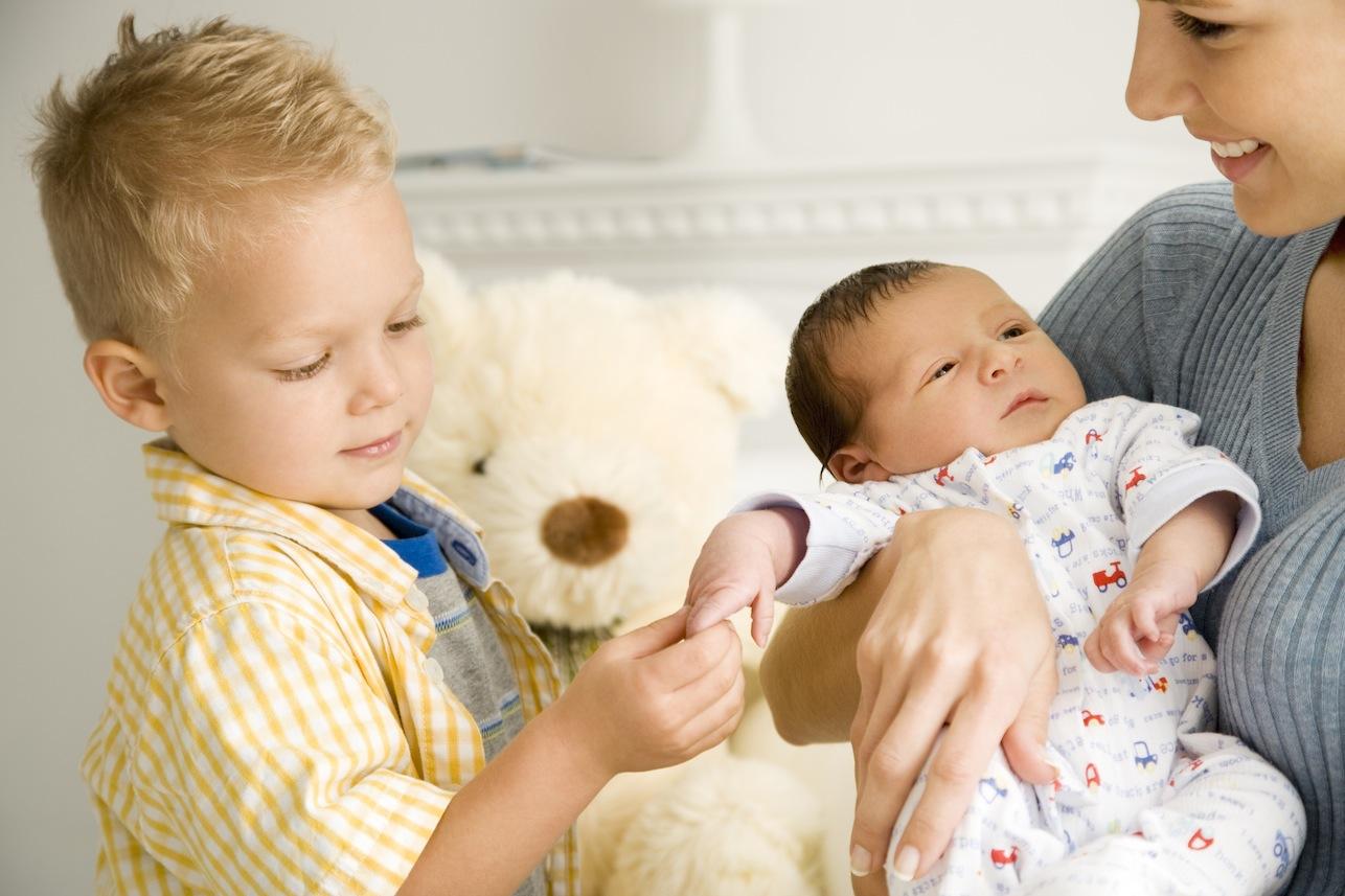 უფროს ბავშვს ოჯახის ახალი წევრისადმი ყურადღების გამოჩენას ნუ აიძულებთ