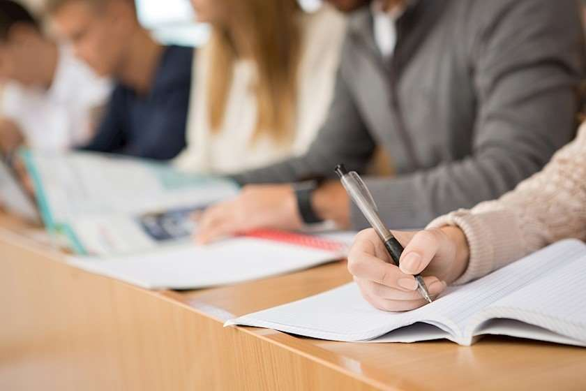 პედაგოგები სახვითი და გამოყენებითი ხელოვნების მასწავლებელთა კომპეტენციის დადასტურების საგამოცდო ტესტში არაპროგრამული საკითხების გამო დავობენ